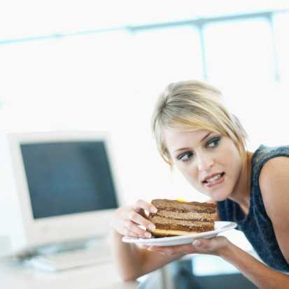 Yakın bir arkadaşınız sizi ofiste yapacakları pasta partisine davet ediyor. Ne yaparsınız? A) Çok iyi olur, kesinlikle biraz stres atmaya ihtiyacım var.  B) Elimde maden suyu ile sadece seyirci olarak katılırım.  C) Pasta mı? Ne kadar heyecan verici! Nasıl hayır diyebilirim ki...  D) Geçen gün yediğim o pastanın tarifini belki bu sefer alabilirim.